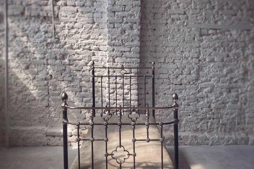 sena gulta līdzās baltu ķieģeļu sienai, Aptiekas ielā