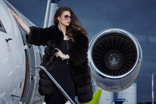 meitene pie lidmašīnas