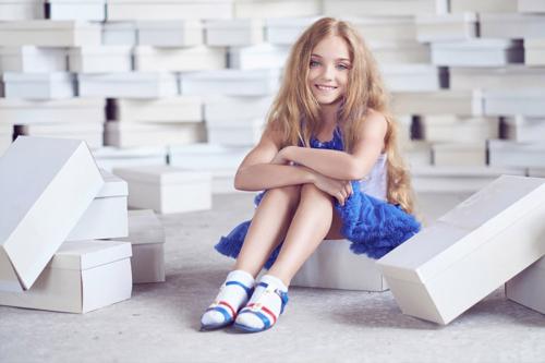 meitene ar kastītēm
