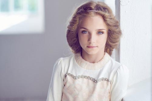 burvīga maza meitenīte fotogrāfējas