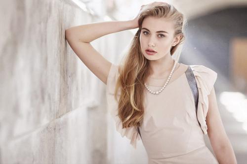 gaišs blondas modeles attēls