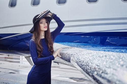 sieviete un lidmašīna