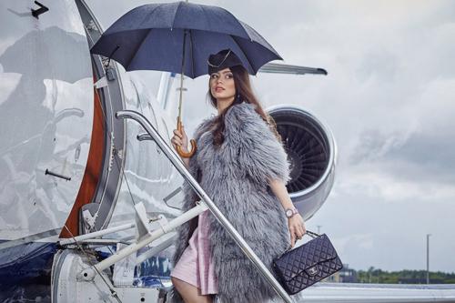 brunete dodas ceļojumā ar lidmašīnu