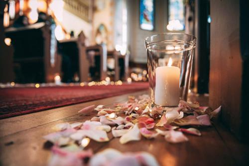 baznīcas dekorācijas pirms ceremonijas sākuma