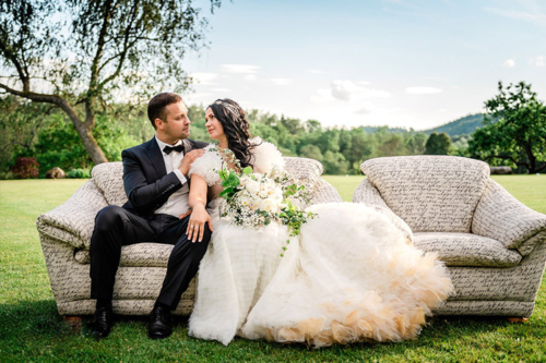forša ideja precību fotosesijai - dīvāns pļavas vidū