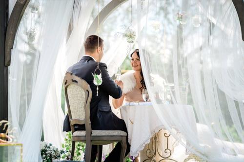 jaunais pāris paceļ glāzes par veiksmīgu laulību dzīvi