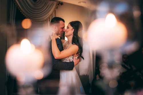 jaunlaulātie kāzu vakarā bauda deju