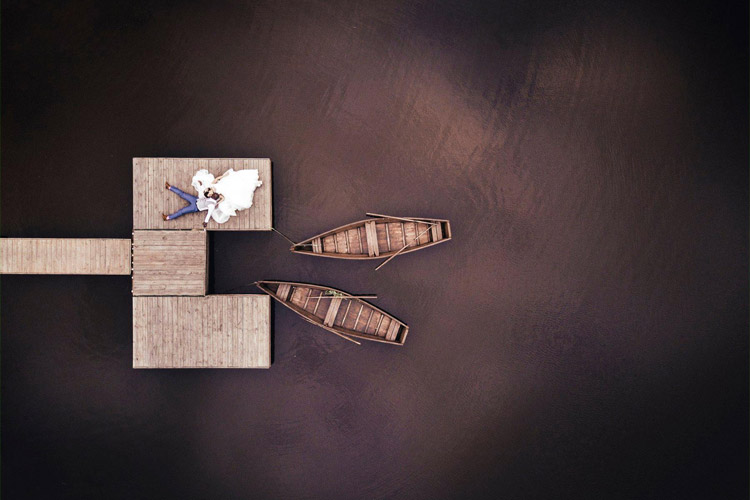 ieradušies kāzās katrs ar savu laivu, talāk dosies pa vienu ceļu