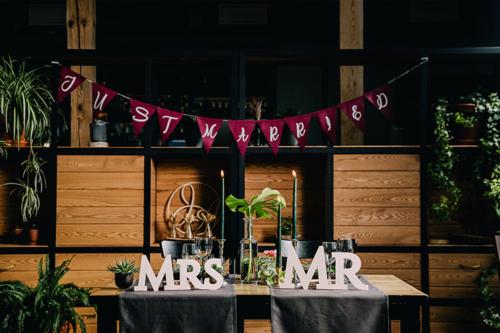 dekorācijas kāzu pāra galdiem