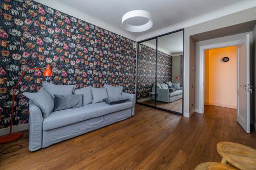 istaba ar tulpju rakstu uz sienas