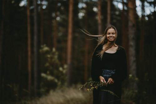 Ulla Ozollapa iepozē mežā