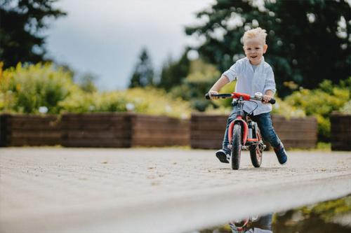 bērns traucas ar ričuku