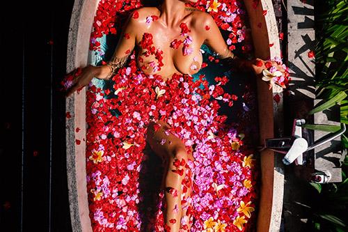viena no idejām par fotografēšanos vannā ar ziedlapiņām