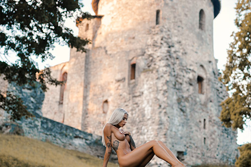 kaila sieviete uz Cēsu pils fona