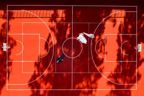 oriģināla pieeja kāzu fotosesijai basketbola laukumā