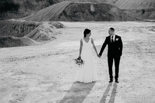 kāzu fotogrāfija smilšu karjerā