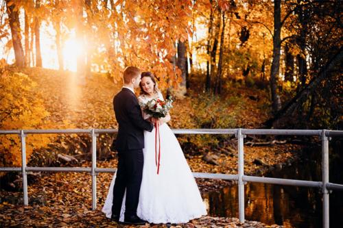 jaunas pāris zelta rudenī pie upes