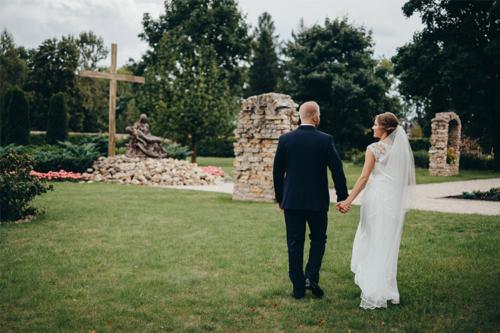 sieva ar vīru sadevušies rokās