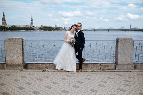 kāzu bilde pie Daugavas