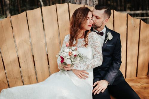 skaista fotogrāfija ar vīru un sievu uz koka soliņa