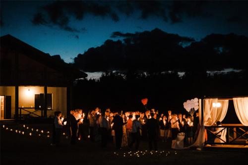 vakars kāzu dienā ar gaismām un baloniem