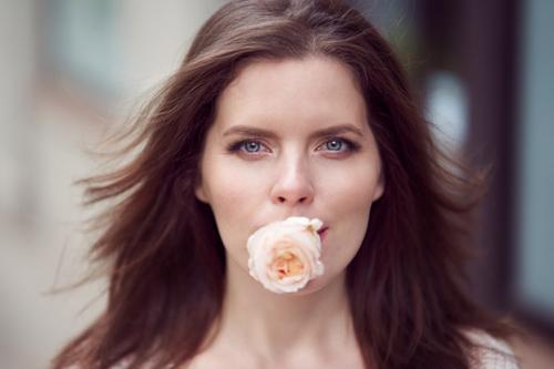 sievietes portreta fotogrāfija ar rozi