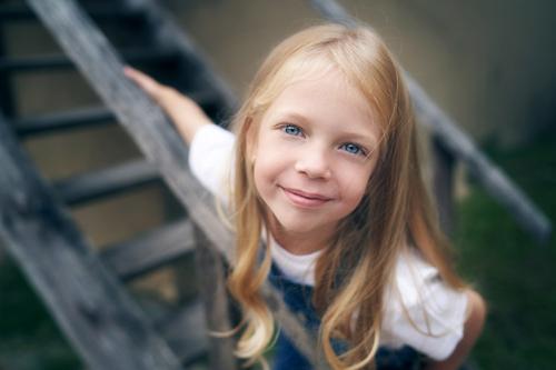 maza blonda meitenīte uz trepēm