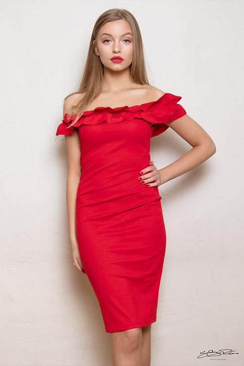 sieviete sarkanā kleitā