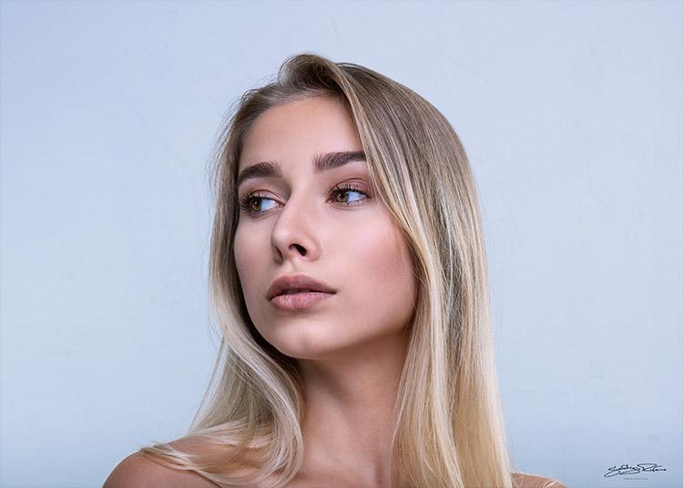 blondīne iepozē fotogrāfam