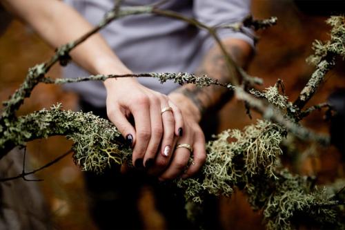 laulību gredzeni uz pirkstiem