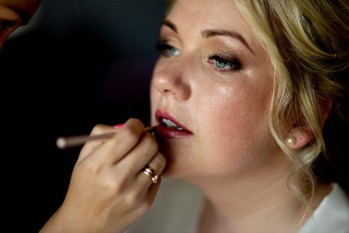 topošajai līgavai tiek uzklāts makeup