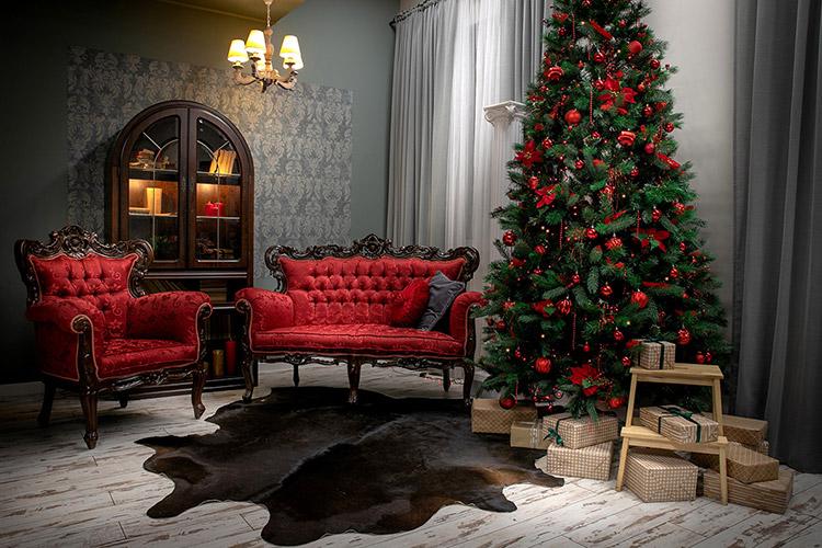 grezna fotostudija ar eglīti un dīvāniem
